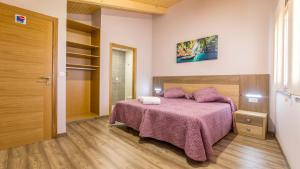 A bed or beds in a room at Pensión Pereiro