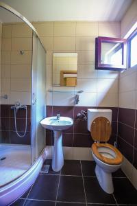A bathroom at San Art Floating Hostel & Apartments