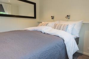 Ein Bett oder Betten in einem Zimmer der Unterkunft Krøgeneslåven Microtel