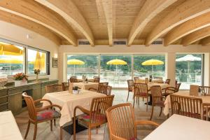A restaurant or other place to eat at Sky Pool Hotel Sole Garda