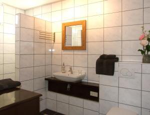 A bathroom at B&B Duinroos De Koog - Texel