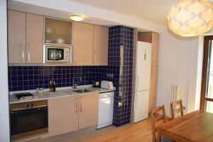 A kitchen or kitchenette at Apartamentos Zaragoza Coso