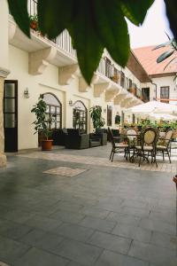 The lounge or bar area at Le Petit Paris