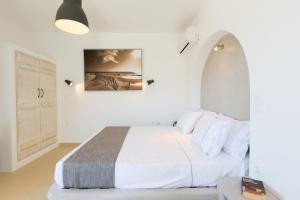 Ein Bett oder Betten in einem Zimmer der Unterkunft Ampelos Resort Hotel