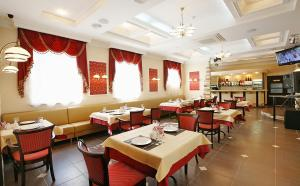A restaurant or other place to eat at Nikol Hotel
