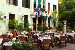 A restaurant or other place to eat at Pensione Accademia - Villa Maravege