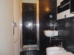 A bathroom at Studio L'Aiguille du Midi-5