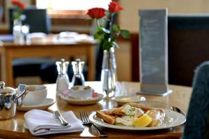 A restaurant or other place to eat at Best Western Plus Milford Hotel