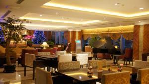 Un restaurante o sitio para comer en Kingswell Hotel Tongji