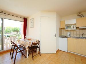 A kitchen or kitchenette at Apartment Le Lagon Bleu-1