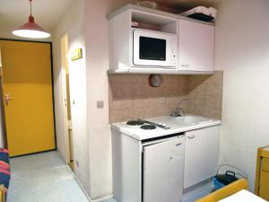 A kitchen or kitchenette at Apartment Les Olympiques-7