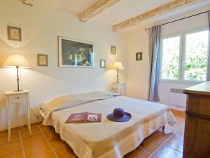 A bed or beds in a room at Holiday Home L'Olivier
