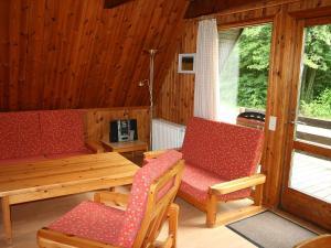 Ein Sitzbereich in der Unterkunft Holiday Home Arolsen-Twistesee.3