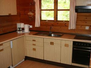 Küche/Küchenzeile in der Unterkunft Holiday Home Arolsen-Twistesee.3