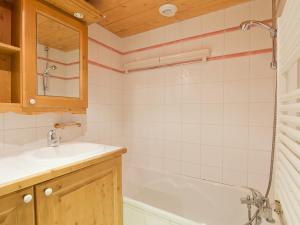 A bathroom at Apartment Les Alpages de Reberty