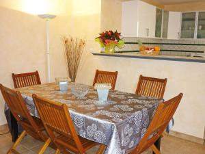 A restaurant or other place to eat at Holiday Home Villa des Faisses