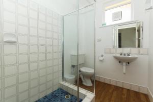 A bathroom at Scarborough Apartments