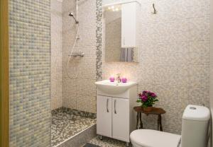 A bathroom at PatefonRooms