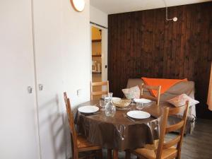 A restaurant or other place to eat at Apartment Le Genepi-1