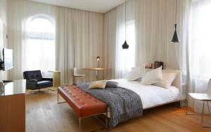 A bed or beds in a room at B2 Boutique Hotel Zürich