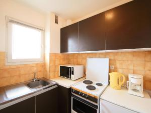 A kitchen or kitchenette at Apartment Les Marines II