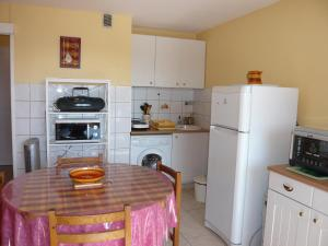 A kitchen or kitchenette at Apartment Les Coraux-3