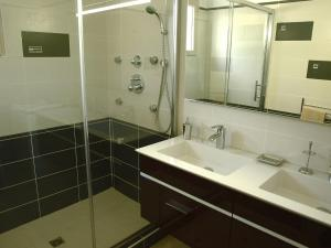 A bathroom at Villa La barbanne des Bois