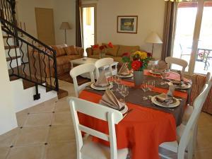 A restaurant or other place to eat at Villa La barbanne des Bois