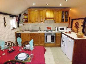 A kitchen or kitchenette at Holiday Home Katie Ann's