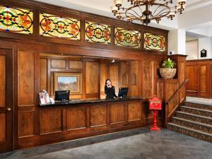 The lobby or reception area at Huntingdon Manor Hotel