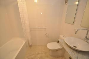 A bathroom at Camperdown Self-Contained Modern Two-Bedroom Apartment (21 BRIGS)