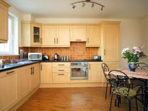 A kitchen or kitchenette at Holiday Home Ballyhass Lakes-2