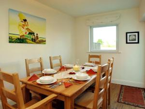A restaurant or other place to eat at Holiday Home Ballyhass Lakes-2