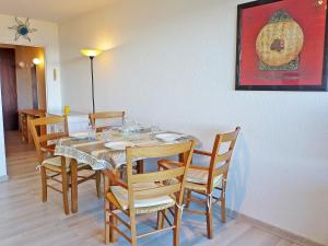 A restaurant or other place to eat at Apartment Les Louvans-1