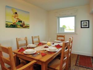 A restaurant or other place to eat at Holiday Home Ballyhass Lakes-1