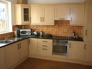 A kitchen or kitchenette at Holiday Home Ballyhass Lakes-1