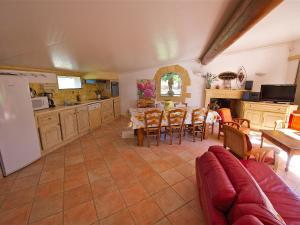 The lounge or bar area at Holiday Home Cucuron