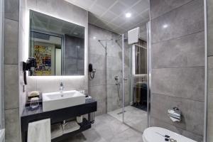 حمام في The Menord Hotel