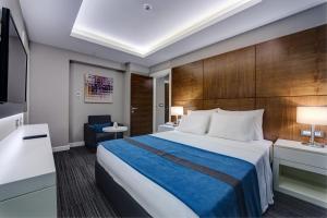 سرير أو أسرّة في غرفة في The Menord Hotel