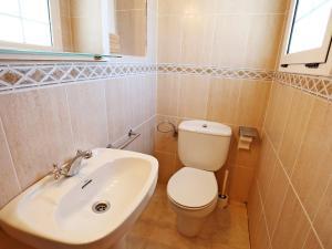 Un baño de Holiday Home Vilafortuny