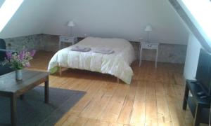 A bed or beds in a room at Charme et jardin cœur St Cirq