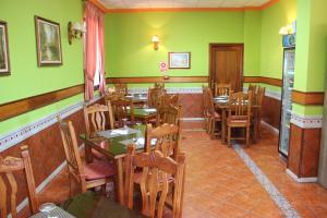 Un restaurante o sitio para comer en Hostal la zamora