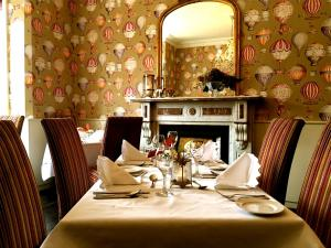 A restaurant or other place to eat at Maples House Hotel