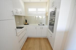 A kitchen or kitchenette at Neutral Bay Self-Contained Modern One-Bedroom Apartment (63BEN)