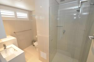 A bathroom at Neutral Bay Self-Contained Modern One-Bedroom Apartment (63BEN)