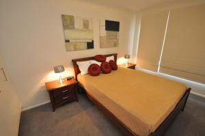 A bed or beds in a room at Neutral Bay Self-Contained Modern One-Bedroom Apartment (63BEN)