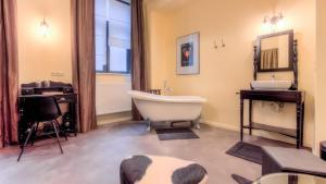 A bathroom at Mons Dragon House