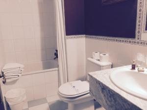 A bathroom at Hostal Victoria