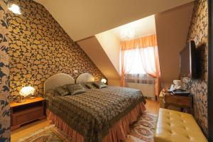 A bed or beds in a room at Allegro Hotel