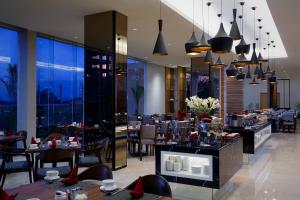 A restaurant or other place to eat at Hotel Grandhika Setiabudi Medan